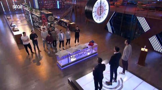 Οι 11 παίκτες και οι κριτές στην κουζίνα του MasterChef 5