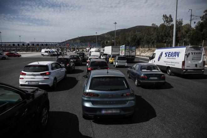 Μεγάλες ουρές αυτοκινήτων στα διόδια Ελευσίνας