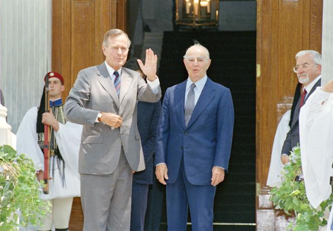 Ο Κωνσταντίνος Καραμανλής με τον πρόεδροΜπους