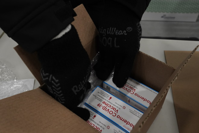 Koυτιά με δόσεις εμβολίων της Moderna- φωτογραφία ΑΡ