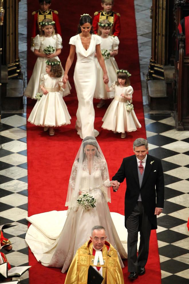 H Kate Middleton πηγαίνει στην εκκλησία νύφη με τον πατέρα της
