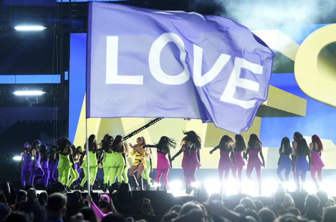 Η JLo στη σκηνή της συναυλίαςVax-Live