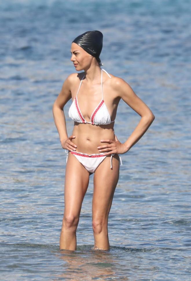 Οι ηλιόλουστες θερμοκρασίες την οδήγησαν στην παραλία