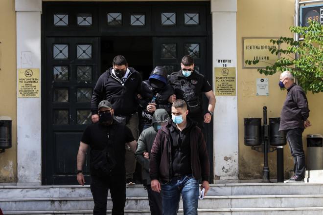 Ο παρουσιαστής και οι συγκατηγορούμενοι του κατά την έξοδό τους από το γραφείο του ανακριτήτη Μεγάλη Τετάρτη- φωτογραφία Eurokinissi
