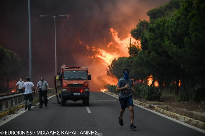 Φονική πυρκαγιά Μάτι: H φωτιά πέρασε και τη Λεωφόρο Μαραθώνος- φωτογραφία Eurokinissi