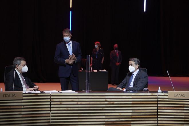 Στιγμιότυπο από την Κοινωική Σύνοδο Κορυφής - Συνομιλία Κυριάκου Μητσοτάκη με Μάριο Ντράγκι