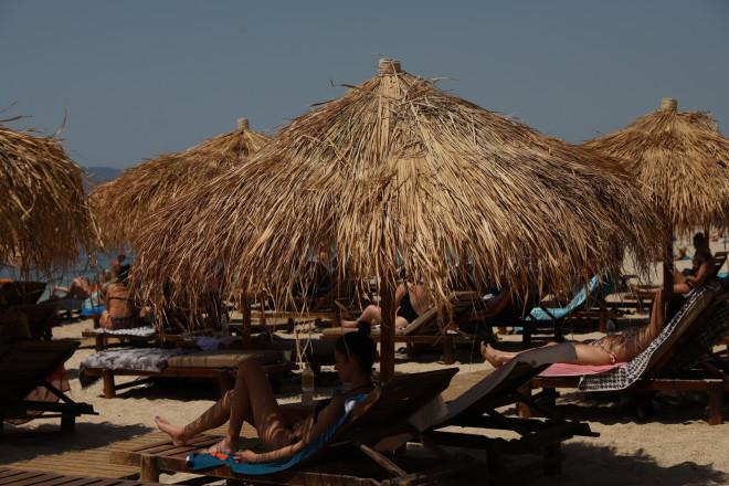 Γεμάτες οι οργανωμένες παραλίες σήμερα Σάββατο 8/5- φωτογραφία Eurokinissi