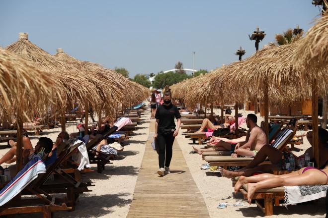 Λουόμενοι σε οργανωμένη παραλία της Αττικής-φωτογραφία Eurokinissi