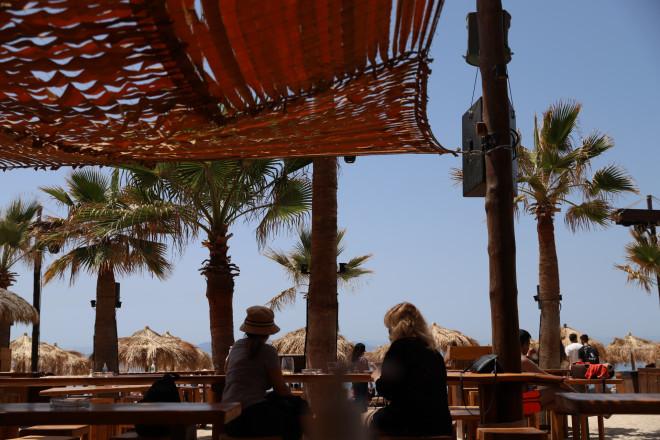 Χωρίς μουσική αλλά ανοικτά τα beach bars-φωτογραφία Eurokinissi