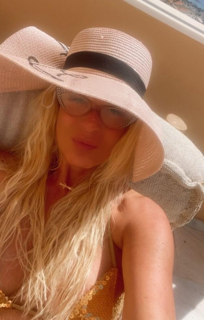 Μαρίνα Πατούλη Ηλιοθεραπεία με το μαγιό στη βεράντα της κορωνοϊός