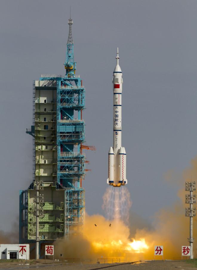 Ο πύραυλος Long March 2F που μεταφέρει την κάψουλα Shenzhou 10 με τρεις αστροναύτεςεκτοξεύεται από το Δορυφορικό Κέντρο Εκτόξευσης στην επαρχία Gansu της βορειοδυτικής Κίνας, στις 11 Ιουνίου 2013. Απογειώθηκε σε αποστολή 15 ημερών με ένα διαστημικό εργαστήριο και για την εκπαίδευση των νέων - φωτογραφία ΑΡ