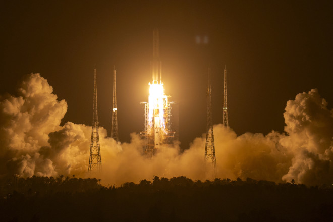 Ο πύραυλος Long March-5 απογειώθηκεαπό το Διαστημικό Κέντρο Εκτόξευσηςεπαρχία Hainan της νότιας Κίνας, στις24 Νοεμβρίου 2020. Η Κίνα ξεκίνησε μια φιλόδοξη αποστολή για να φέρει πίσω «υλικό» από την επιφάνεια του φεγγαριού για πρώτη φορά μετά από περισσότερα από 40 χρόνια - AP Photo / Mark Schiefelbein