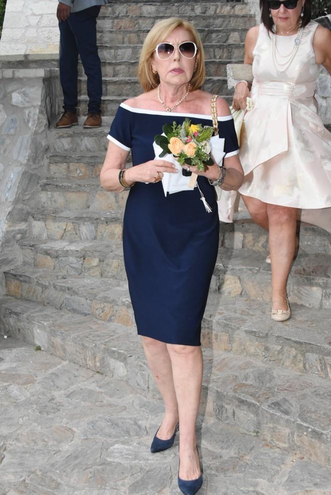 Η μητέρα της Τζένης Μπαλατσινού, Σόνια Χριστοδούλου, τη μέρα του γάμου της με τον Β.Κικίλια στους Αγίους Ισιδώρους, τον Ιούνιο του 2019