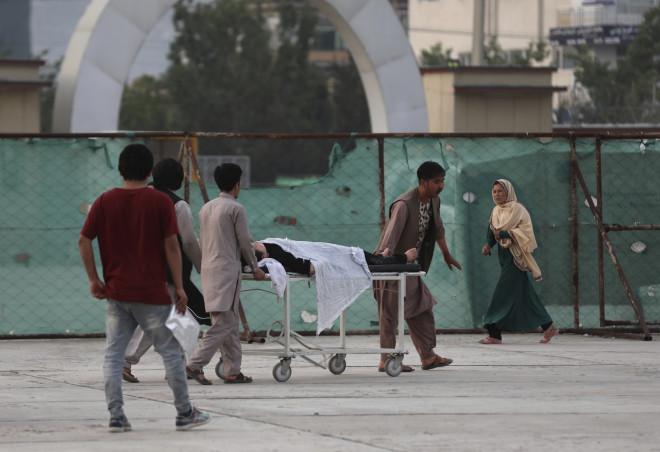 Τραυματισμένη μαθήτρια μεταφέρεται σε νοσοκομείο μετά τη βομβιστική επίθεση- φωτογραφία ΑΡ
