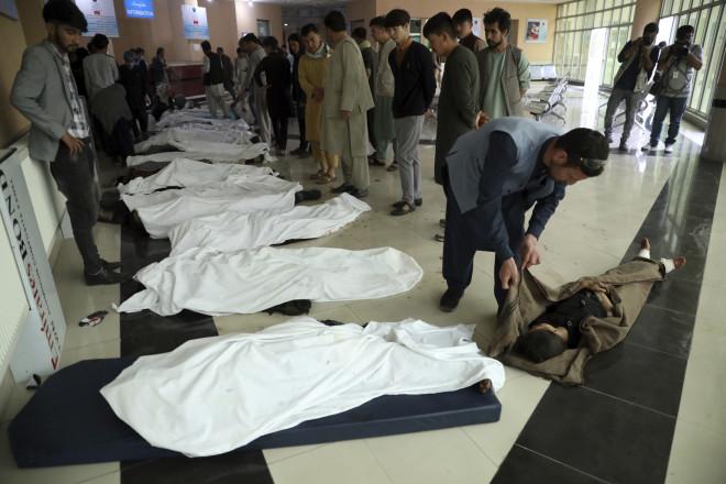 Στο νοσοκομείο οι συγγενείς προσπαθούσαν να αναγνωρίσουν τα πτώματα των θυμάτων- φωτογραφία ΑΡ