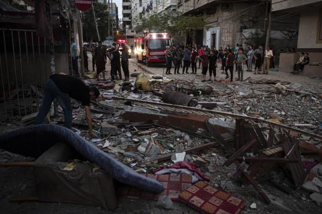 Xαλάσματα κατεστραμμένου κτιρίου από ρουκέτα στη Λωρίδα της Γάζας- φωτογραφία ΑΡ