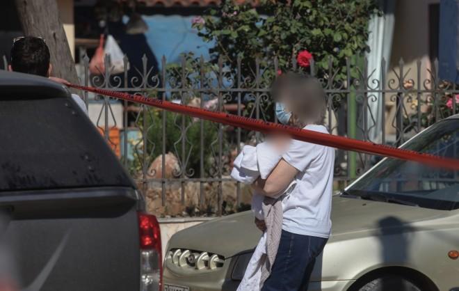 Γυναίκα- συγγενής από την πλευρά της μητέρας απομακρύνει το μωρό από το σπίτι στα Γλυκά Νερά- φωτογραφία ΙΝΤΙΜΕ