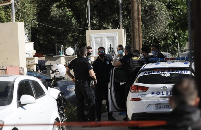 Η Αστυνομία «σαρώνει« το σπίτι του ζευγαριού στα Γλυκά Νερά