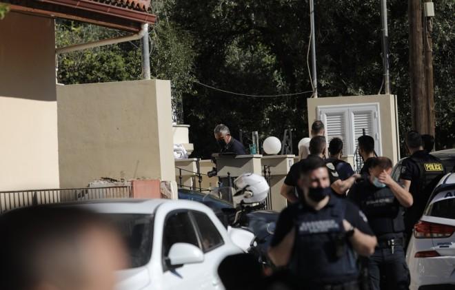 Οι αστυνομικοί που έφτασαν στο σπίτι του ζευγαριού στα Γλυκά Νερά, μετά την κλήση του πατέρα του βρέφους στο 100- ΙΝΤΙΜΕ