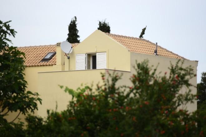 Το παράθυρο της σοφίτας όπου δολοφονήθηκε η 20χρονη στα Γλυκά Νερά