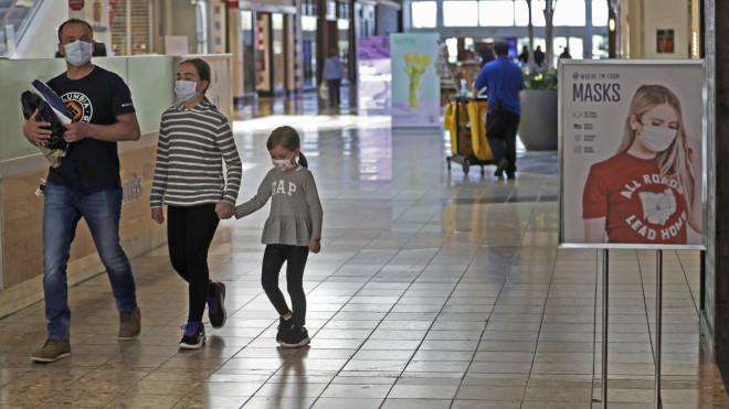 Παιδιά με μάσκες σε εμπορικό κέντρο- φωτογραφία ΑΡ