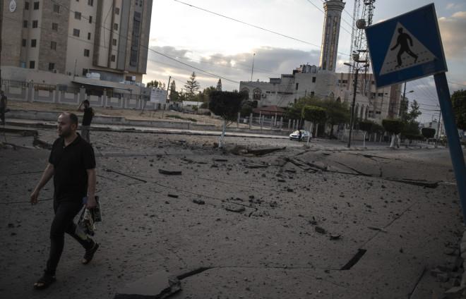 Βομβαρδισμένοι δρόμοι στη Λωρίδα της Γάζας - φωτογραφία ΑΡ