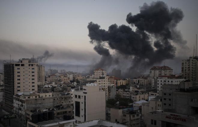 Μαύρος καπνός στον ουρανό μετά τις αεροεπιδρομές του Ισραήλ στη Λωρίδα της Γάζας- φωτογραφία ΑΡ