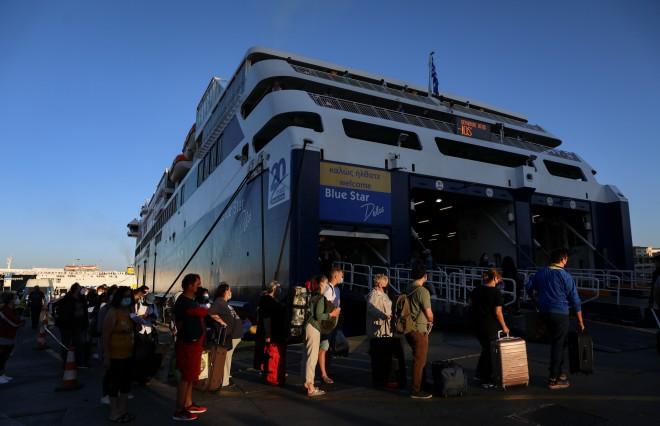 Κόσμος που ταξιδεύει στο λιμάνι του Πειραιά
