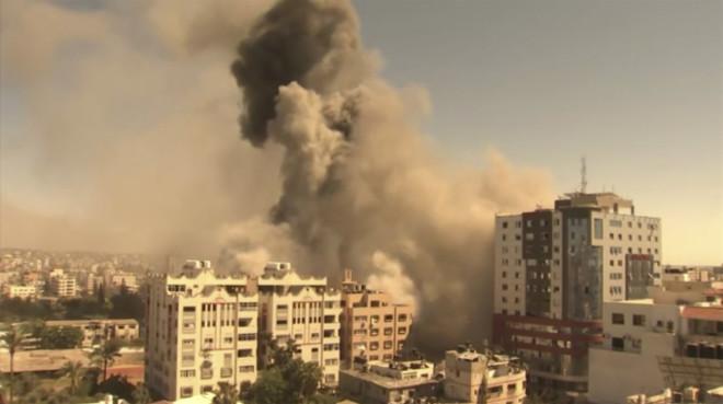 Κατέρρευσε πολυώροφο κτίριο στη Γάζα