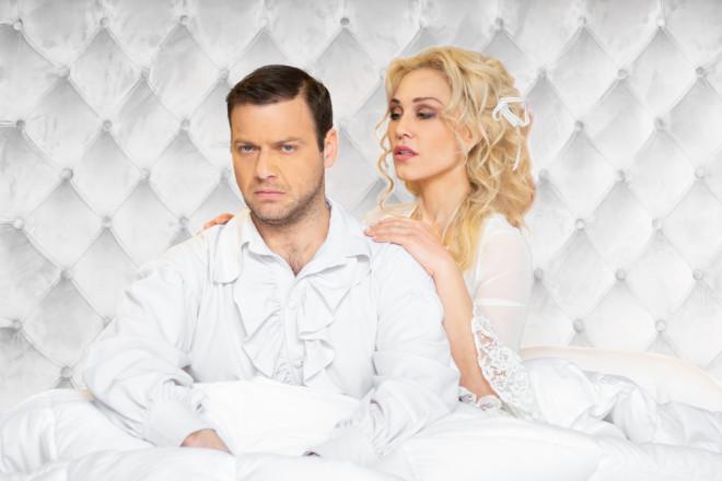 Ο Ορέστης Τζιόβας και η Πηνελόπη Ανασταστοπούλου πρωταγωνιστούν στο«Νυφικό Κρεβάτι»