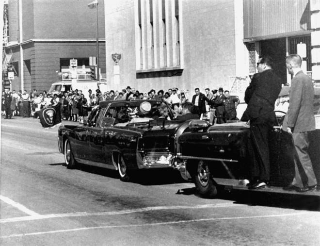 Οι τελευταίες στιγμές του Τζον Κέννεντυ στη μαύρη λιμουζίνα πριν δολοφονηθεί- φωτογραφία ΑΡ