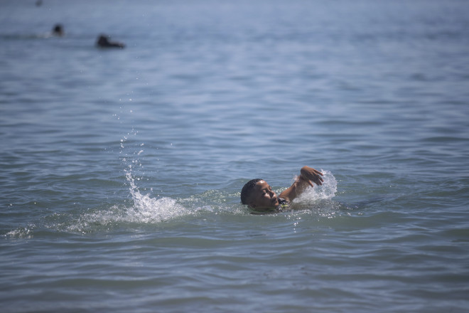 Παιδί κολυμπά στη Μεσόγειο προς τη Θέουτα