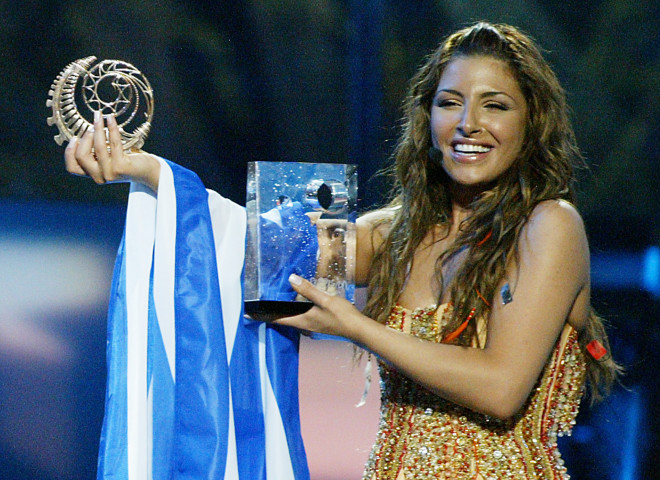 H Έλενα Παπαρίζου χαμογελά περήφανη για τη νίκη της στη Eurovision 2005
