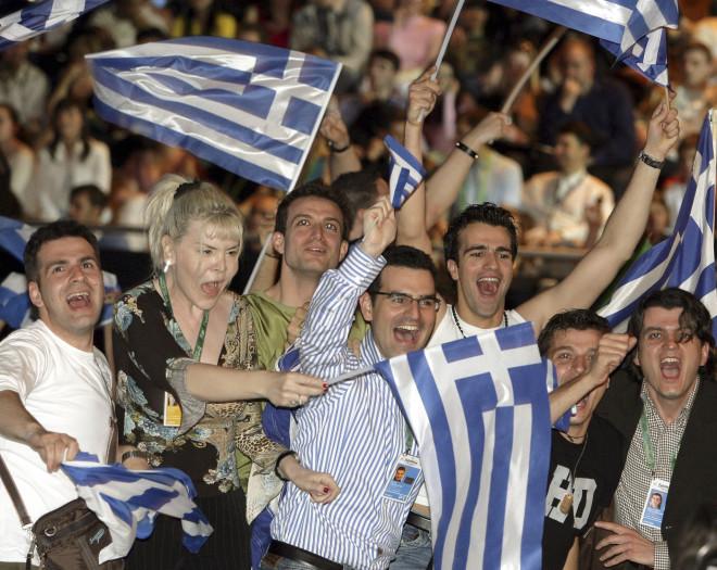 Oι Έλληνες πανηγυρίζουν για τη νίκη της Έλενας Παπαρίζου στη Eurovision το 2005