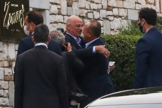 Ο Νίκος Δένδιας υποδέχθηκε τον Μεβλούτ Τσαβούσογλου σε πολύ καλό κλίμα