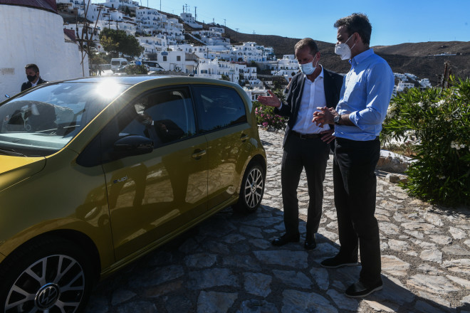 Παράδοση δωρεάς υπηρεσιακών αυτοκινήτων και φορτιστών από την Volkswagen στις τοπικές αρχές της Αστυπάλαιας,παρουσία του πρωθυπουργού Κυριάκου Μητσοτάκη-φωτογραφία Eurokinissi