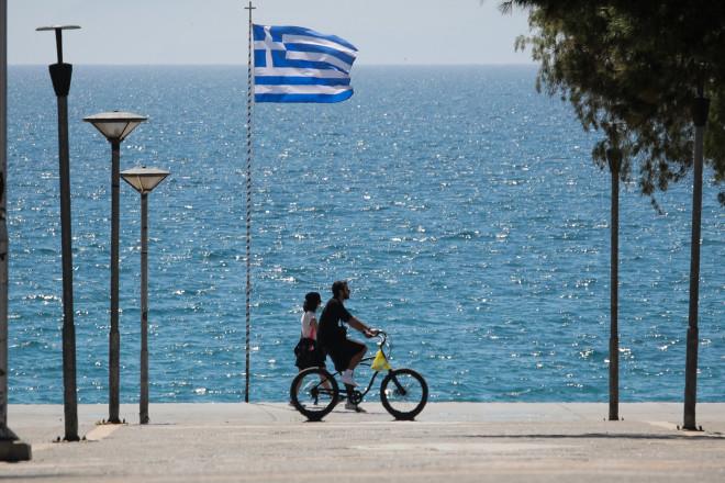 ποδηλάτης κοντά στη θάλασσα
