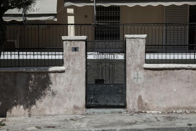 Έξω από το σπίτι της στην Αγία Βαρβάρα εντοπίστηκε βαριά τραυματισμένη η 64χρονη- φωτογραφία Eurokinissi