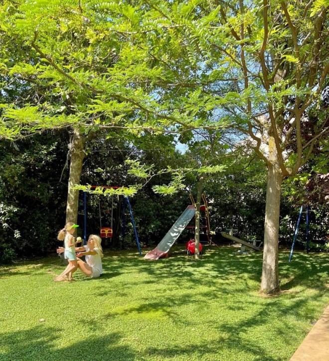 Ελένη Μενεγάκη Τα παιχνίδια με την 6χρονη Μαρίνα στον κήπο τους