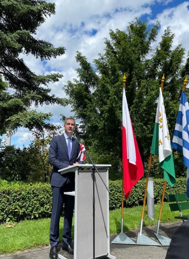 Ο Κώστας Μπακογιάννης κατά την ομιλία του στην τελετή ονοματοδοσίας στη Λωζάνη