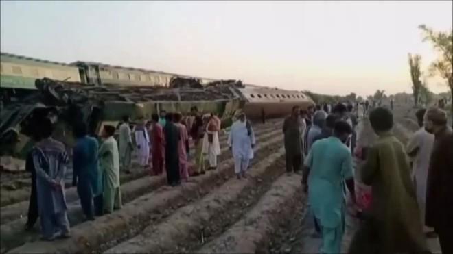 Τρένο εκτροχιάστηκε και ένα άλλο, που εκτελούσε άλλο δρομολόγιο,έπεσε πάνω στα εκτροχιασμένα βαγόνια- ΑΡ