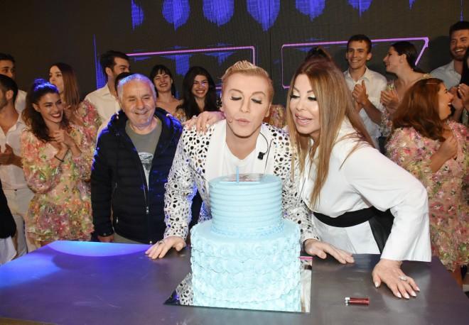 Ο Τάκης Ζαχαράτος έσβησε τα κεράκια μαζί με της Άντζελα Δημητρίου που είναι guest star στην παράσταση