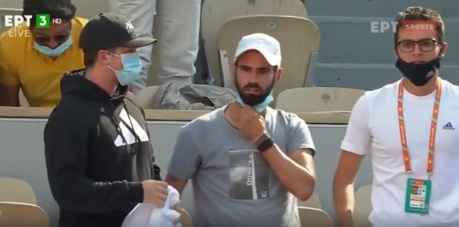 Δεξιά ο Κωνσταντίνος Μητσοτάκης από τις κερκίδες τουRoland Garros