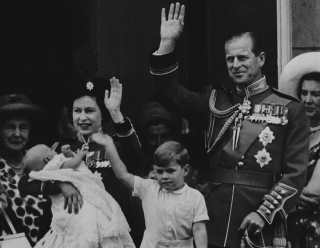 Ο Δούκας του Εδιμβούργου με τη Βασίλισσα Ελισάβετ και τα παιδιά τους μικρά