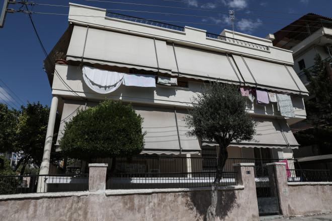 Έξω από το σπίτι της στην Αγία Βαρβάρα πυροβολήθηκε η 64χρονη από τον εν διαστάσει σύζυγό της- φωτογραφία Eurokinissi
