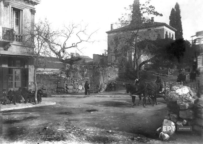 Πλάκα. Συμβολή των οδών Πελοπίδα και Αιόλου. Διακρίνεται η πύλη του Μεντρεσέ, του οθωμανικού ιεροδιδασκαλείου που επί Όθωνα είχε μετατραπεί σε φυλακή, και ο περιβόητος πλάτανος στην αυλή του, στα κλαδιά του οποίου λέγεται ότι απαγχονίζονταν οι θανατοποινίτες, ~1935. Φωτογραφία: Π.Πουλίδης / Αρχείο ΕΡΤ
