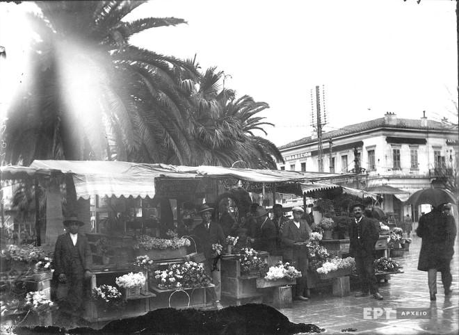 Τα υπαίθρια ανθοπωλεία στην Πλατεία Ομονοίας κατά τη δεκαετία 1920 πριν την κατασκευή του υπόγειου σταθμού. Φωτογραφία: Π.Πουλίδης / Αρχείο ΕΡΤ