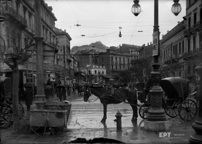 Η οδός Πανεπιστημίου από την Πλατεία Ομονοίας. Σε πρώτο πλάνο ένα σταθμευμένο μόνιππο. Δεκαετία 1920. Φωτογραφία: Π.Πουλίδης / Αρχείο ΕΡΤ