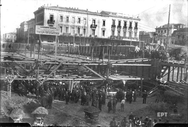 Γενική άποψη της Πλατείας Ομονοίας κατά την τελετή κατάθεσης του θεμέλιου λίθου για την κατασκευή του υπόγειου σταθμού, 7/1/1928. Φωτογραφία: Π.Πουλίδης / Αρχείο ΕΡΤ