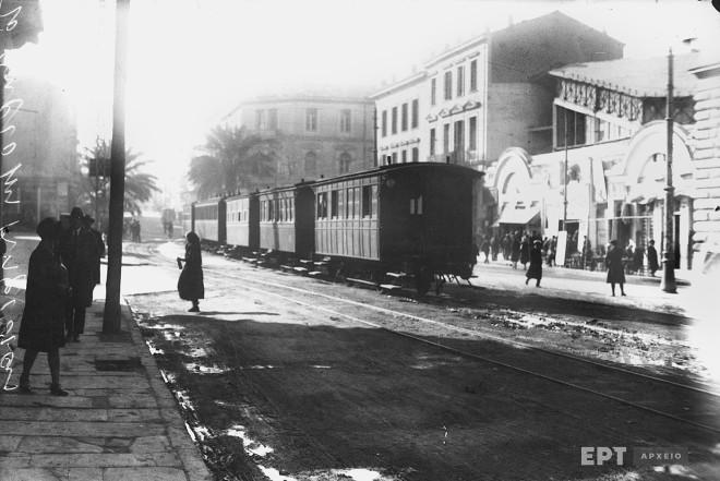 Γενική άποψη της Πλατείας Λαυρίου στην 3η Σεπτεμβρίου με συρμό του ''Θηρίου'' που ένωνε την Αθήνα με την Κηφισιά. Μέσα δεκαετίας 1920. Φωτογραφία: Π.Πουλίδης / Αρχείο ΕΡΤ